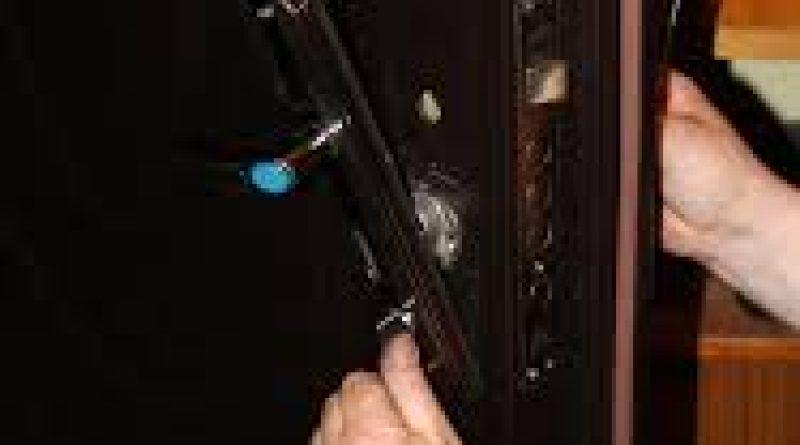 мастер по ремонту металлических дверей